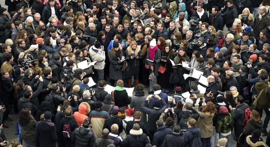 Titusinder samlet i Paris på årsdag for Hebdo-angreb.