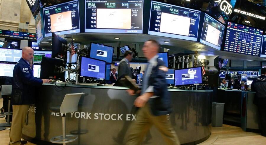 Mandag var det slut med tre ugers næsten konstante stigninger på det amerikanske aktiemarked, der undervejs sendte alle fire væsentlige indeks til nye højder.