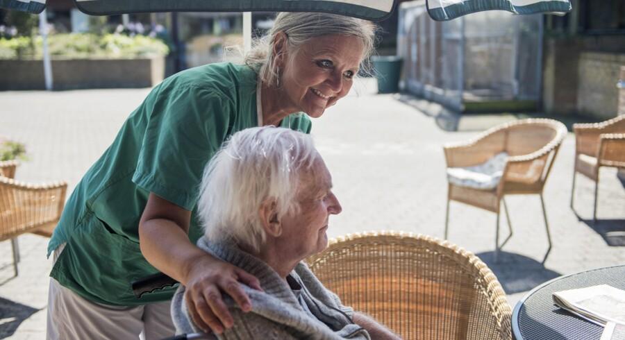 Afsnitskoordinator og sygeplejerske Ulla Coldsted fra Helsingør Kommunes Rehabiliterings- og Træningscenter i Snekkersten hjælper en patient.