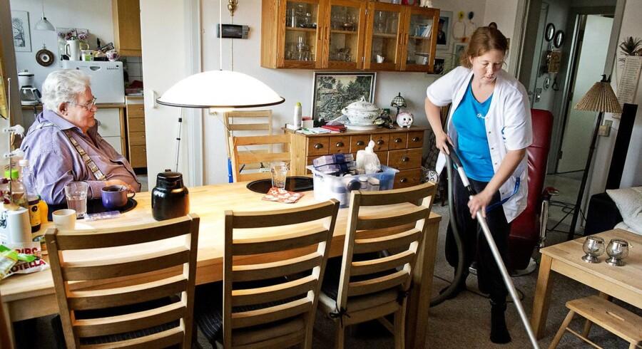 Konkurserne i en række private hjemmeplejefirmaer menes at være en årsagerne til, at antallet af job tabt ved konkurs steg for første gang i mange år i 2015.