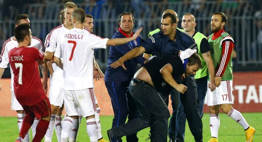 Der opstod tumult på banen, da serbiske hooligans invaderede banen under EM-kvalifikationskampen mellem Serbien og Albanien. Til sidst måtte de albanske spillere flygte i sikkerhed.
