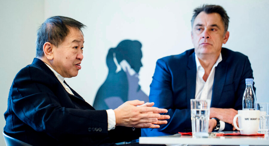 """Canning Fok er direktør for Hong Kong-selskabet Hutchinson Whompoa - et af verdens størsste teleselskaber. Hutchinson Whompoa ejer bl.a. teleselskabet """"3"""" i Danmark,    og Canning Fok er den topchef uden for USA,    der tjener mest i verden."""