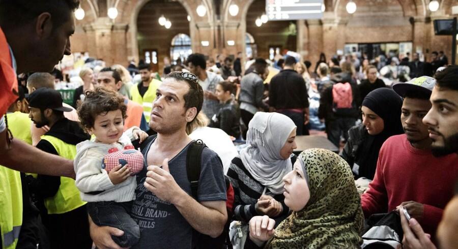 Flygtninge på vej til Sverige og frivillige danskere fotograferet på Københavns Hovedbanegård.