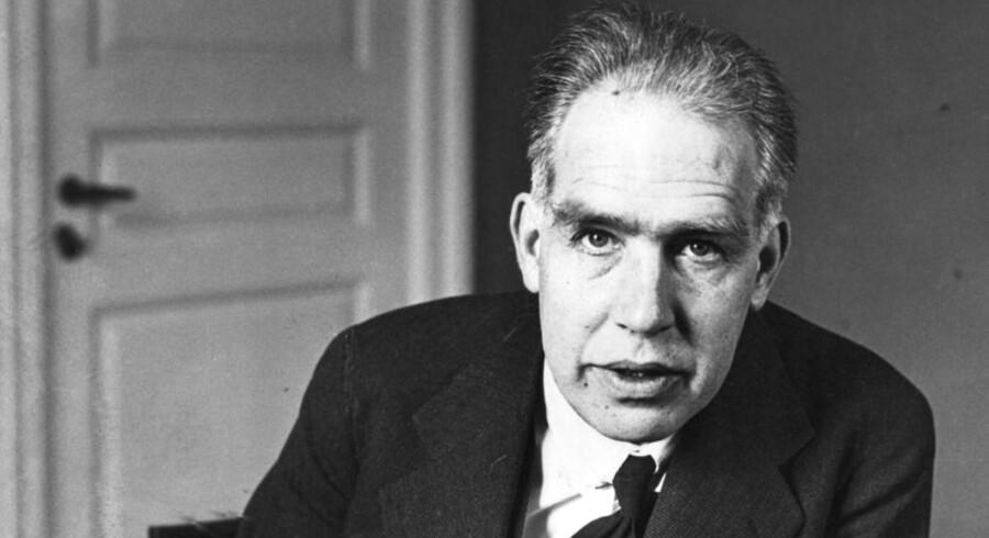 Så tidligt som i 1922 under sin nobelpristale i Stockholm forudsagde Niels Bohr atomstrukturen af grundstof nummer 118. Det er nu bekræftet, og de sidste fire tunge grundstoffer i Det periodiske system er fundet og på plads.