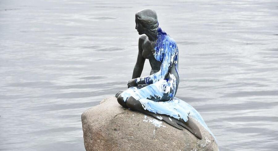 Den Lille Havfrue er malet blå og hvid Den ikoniske statue på Langelinje i København er for anden gang på et par uger blevet udsat for hærværk. (Foto: Bax Lindhardt/Scanpix 2017)