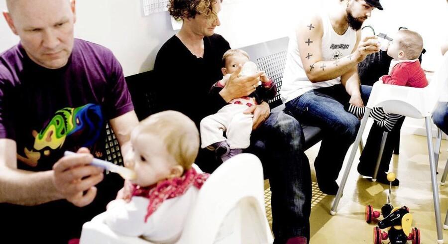 Blandt andet det, at regeringen droppede den ellers varslede øremærkede barsel til mænd, har trukket flere, især unge kvinder, til Dansk Kvindesamfund. Her er en fædregruppe til babyrytmik på Østerbro i København.