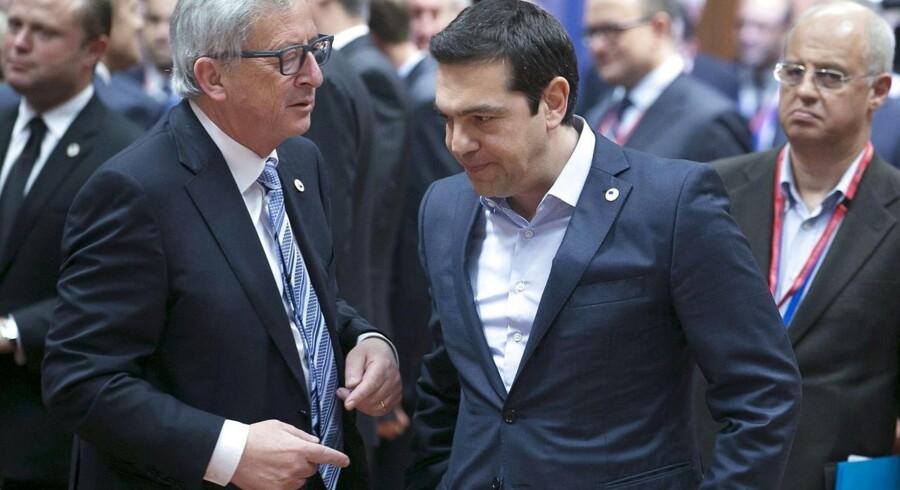 Grækenlands premierminister, Alexis Tsipras (th.), er under hårdt pres fra blandt andet formanden for EU-Kommissionen, Jean Claude Juncker (tv.), og de øvrige EU-lande.