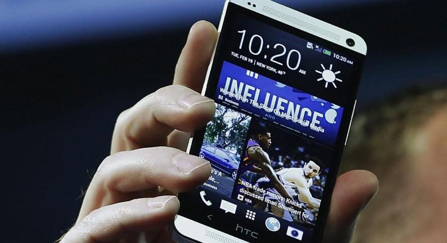HTCs toptelefon, One, overlever indtil videre et salgsforbud i Storbritannien, men lillebroderen, One Mini, må fra fredag den 6. december ikke længere sælges. Arkivfoto: Brendan McDermid, Reuters/Scanpix