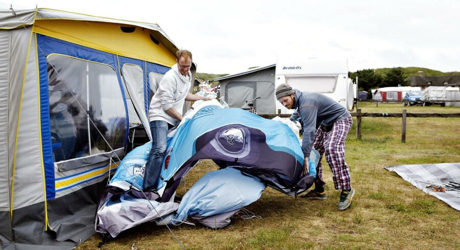 Mens Wiemer og Zwiener (billedet) fra Ruhrdistriktet i Tyskland holder sommerferie på Hvide Sande Camping, har næsten halvdelen af danskerne planer om at rejse til udlandet, viser undersøgelse fra Dansk Erhverv.