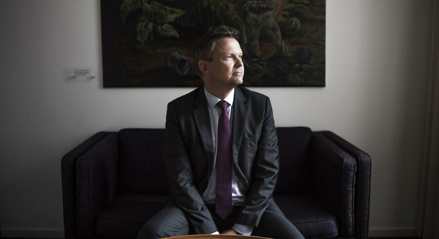 Ulrik Nødgaard er én af mange, der har gået igennem den såkaldte gyldne svingdør. I august 2015 skiftede Ulrik Nødgaard direkte fra stillingen som direktør for Finanstilsynet, bankernes vagthund, til stillingen som direktør for Finansrådet, bankernes interesseorganisation. Han ser dog ikke selv noget problematisk i jobskiftet.