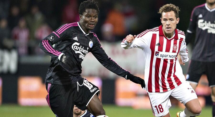 FCKs Daniel Amartey (venstre) mod Aabs Anders K. Jacobsen (højre).