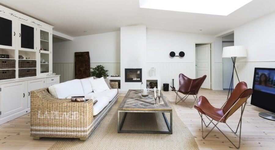 Som det nyeste i indretningen har Rasmus Nissen tilføjet to såkaldte Trifolium Chair-stole fra OX Design. Den høje gulvlampe med tre ben er fra Santa & Cole.