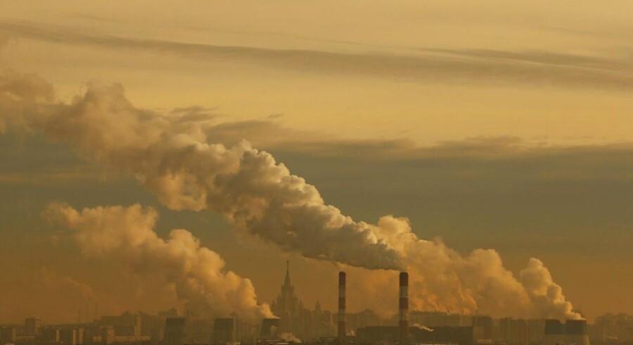 Røg og damp står op fra et kraftværk i Moskva.