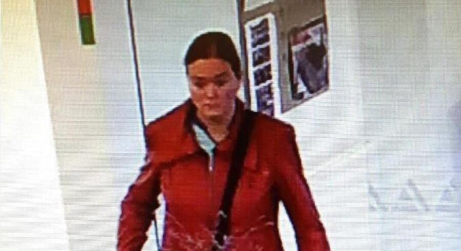 Politi efterlyser kvinde efter røveri torsdag i en bank i Ikast. Free/Midt- Og Vestjyllands Politi