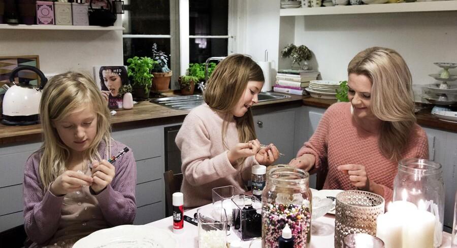 Pernille Rahbek og hendes døtre Ingrid og Astrid laver pynt i køkkenet. Pernille Rahbek elsker traditioner og vil gøre alt for, at hendes døtre får en magisk barndom med julehygge og påskeharer.
