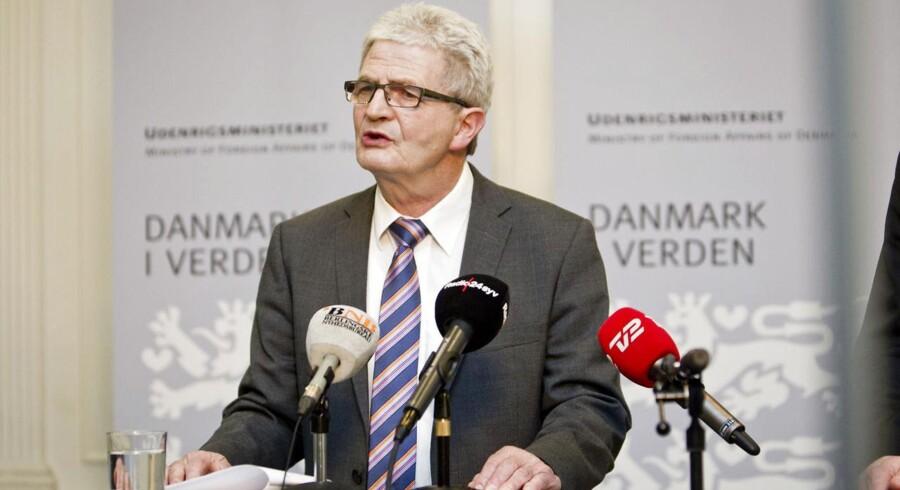 Regeringen opgiver at arbejde aktivt for at skabe en atomvåbenfri zone i Arktis, siger udenrigsminister Holger K. Nielsen.