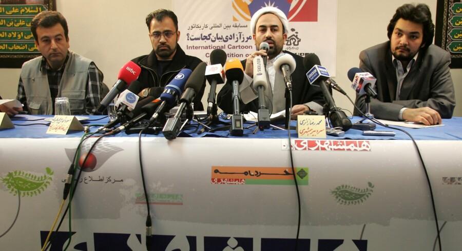 I 2006 afholdt Irans største dagblad, Hamshahri, en konkurrence for Holocausttegninger. Nu gentager nogle af landets kulturorganisationer øvelsen. Massoud Shojai Tabatabai (nr. to fra venstre) fungerer også i 2015-versionen af konkurrencen som talsmand.