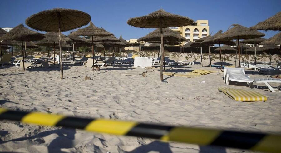 Lørdag på stranden ved Riu Imperial Marhaba Hotel. Der er stadig afspærret i området, hvor en bevæbnet mand dræbte 37 - de fleste britiske turister.