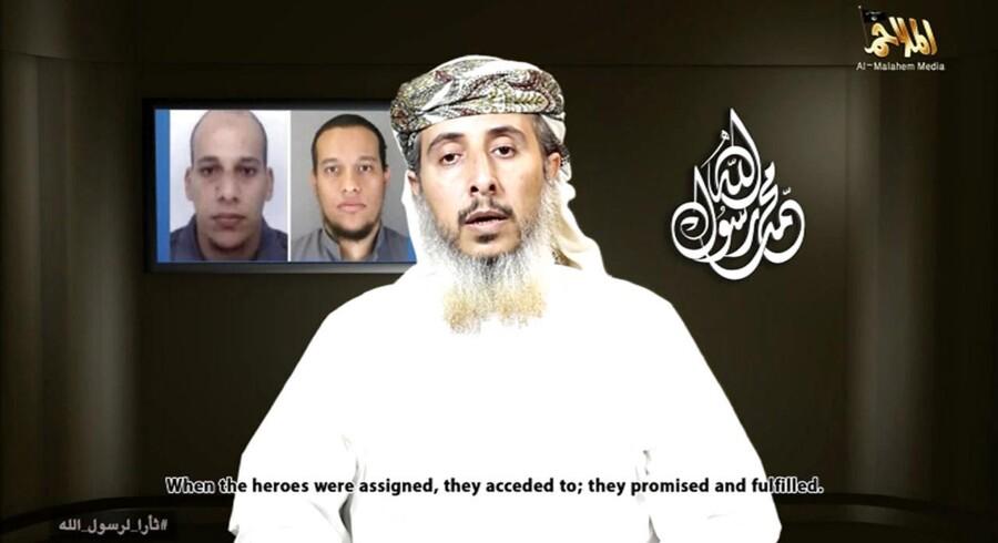 Screendump fra videoen, hvor Nasser bin Ali al-Ansi, en leder fra al-Qaedas forgrening i Yemen, snakkede om brødrene Kouachis angreb mod Charlie Hebdo.