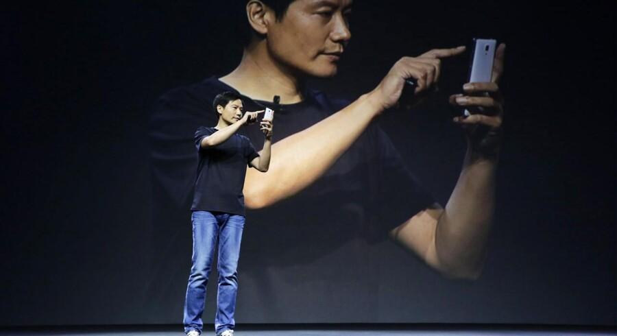 Kinas Steve Jobs er han blevet kaldt, Lei Jun, som er stifter af og topchef for den kinesiske mobilproducent Xiaomi. Her præsenterer han 22. juli selskabets nye flagskibstelefon, Mi 4, i Beijing. Arkivfoto: Jason Lee, Reuters/Scanpix