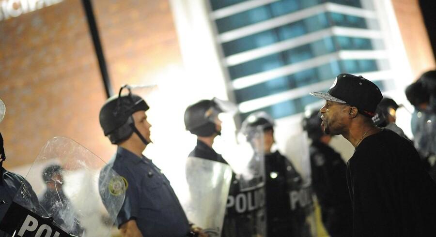 Demonstranter uden for politistationen i Ferguson, Missouri.