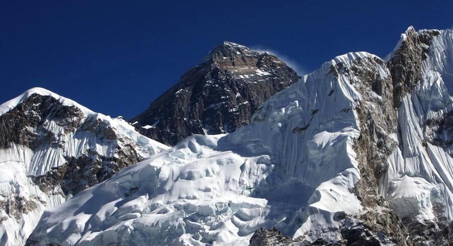 -Arkiv- Dansker forsøger solo-bestigning af verdens højeste bjerg og uden kunstig ilt. Den 27-årige Rasmus Kragh vil forsøge at komme i et eksklusivt selskab på mindre end ti personer ved at bestige verdens højeste bjerg, Mount Everest, på 8848 meter alene og uden brug af kunstig ilt - og fra bjergets nordside i Tibet, som er mere isoleret, teknisk krævende og koldere end den nepalesiske side. Rasmus Kragh har bebudet et topforsøg 22. maj. - - - - . (Foto: PRAKASH MATHEMA/Scanpix 2017)