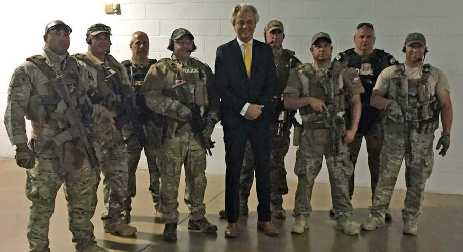 Den hollandske islamkritiker Geert Wilders lod sig kort efter attentatet portrættere omgivet af tungtbevæbnede amerikanske politifolk. Foto: AFP