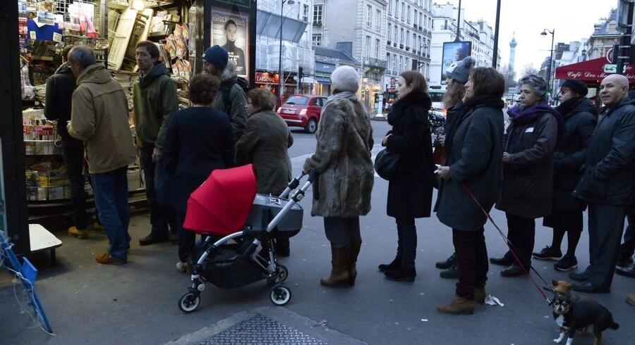 Mange steder i Frankrig er der opstået lange køer af folk, som gerne vil have fingrene i det nyeste nummer af Charlie Hebdo. Også i Danmark er efterspørgslen stor.