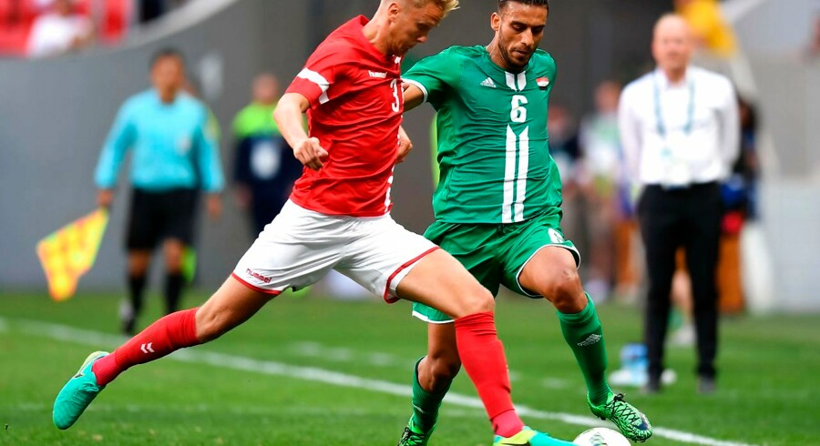 Iraq player Ali Adnan (R) vies for the ball with Denmark player Kasper Larsen during their Rio 2016 Olympic Games First Round Group A men's football match Denmark vs Iraq, at the Mane Garrincha Stadium in Brasilia on August 4, 2016. / AFP PHOTO / EVARISTO SA