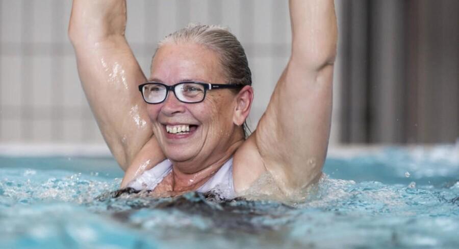 Anne Guldager har været voldsomt plaget af gigt. Men en præcis dosering af medicin og et nøje planlagt motionsprogram med ugentlig svømmetræning har ført til, at hun i dag har overskud til at undervise andre i, hvordan man kan leve med en kronisk sygdom. Foto: Palle Peter Skov