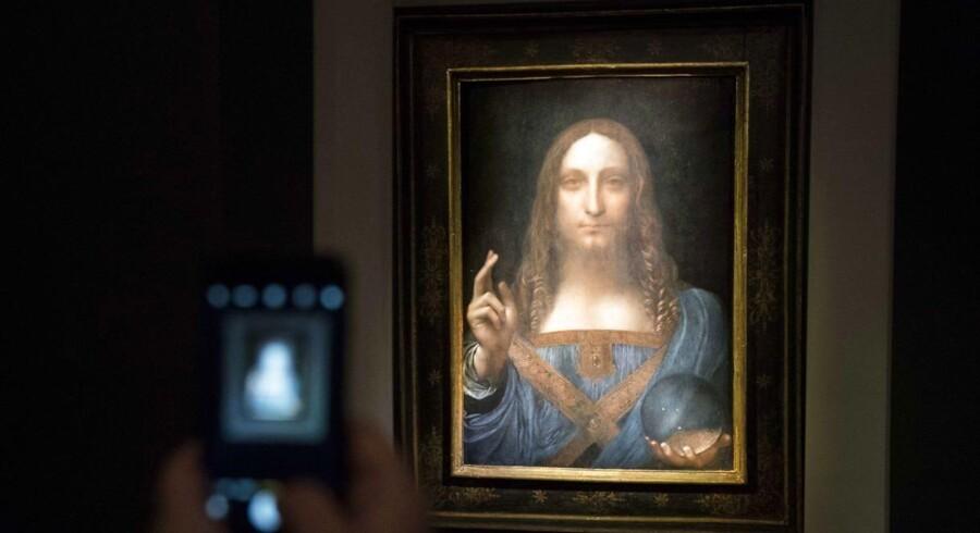 En besøgende tager et billede af da Vincis »Verdens frelser« hos auktionshuset Christie's i New York.