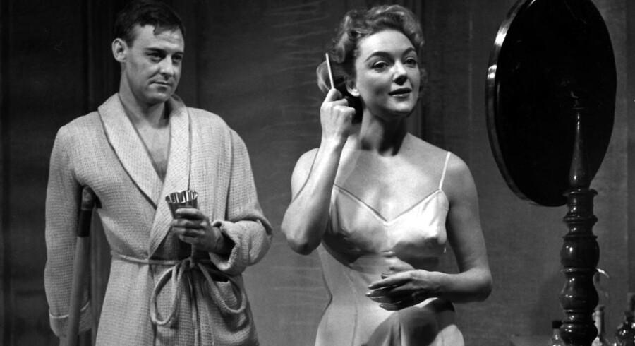 Bodil Kjer og Olaf Nordgreen i Tennessee Williams-stykket »Kat på et varm bliktag«. De to blev i øvrigt gift året efter. Foto: Scanpix.
