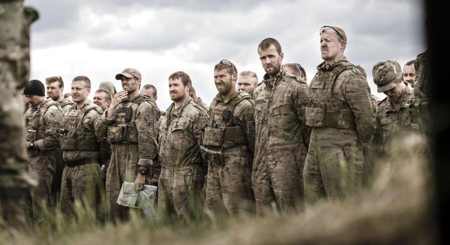 Forsvaret har i mange år uddannet egnede kandidater til lederjob i det private erhvervsliv. Tidligere kaptajner og oberster sidder på høje poster i erhvervslivet, og også lavere ledelsesposter trækker kadetter fra forsvar til erhvervsliv.