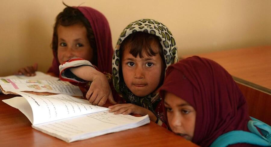 Afghanske skolepiger i Kabul. Andelen af børn, der indskrives i grundskolen, er vokset fra 83 procent i 2000 til 90 procent i 2012. Af Shah Marai/ AFP