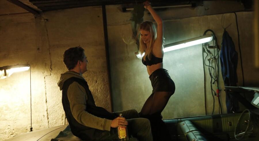 Den sympatiske historie om den kræftramte pige (Clara Rosager) og det lokale baskethåb (Jeppe Nikolaj Groth) er ærligt fortalt, men også en smule kedeligt Foto fra filmen.