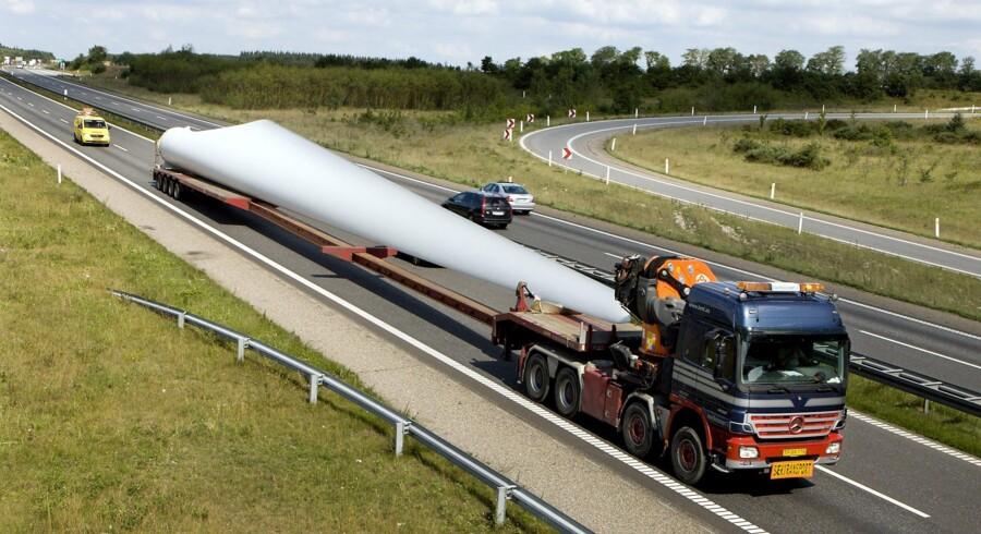 En 100 meter lang vindmølletransport kører torsdag aften fra Kolding til Aalborg. Arkivfoto Scanpix/Henning Bagger