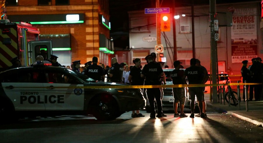 Politiet er mødt talstærkt op tæt på stedet, hvor en mand skød og ramte 14 mennesker i Toronto, Canada den 22. juli, 2018. REUTERS/Chris Helgren