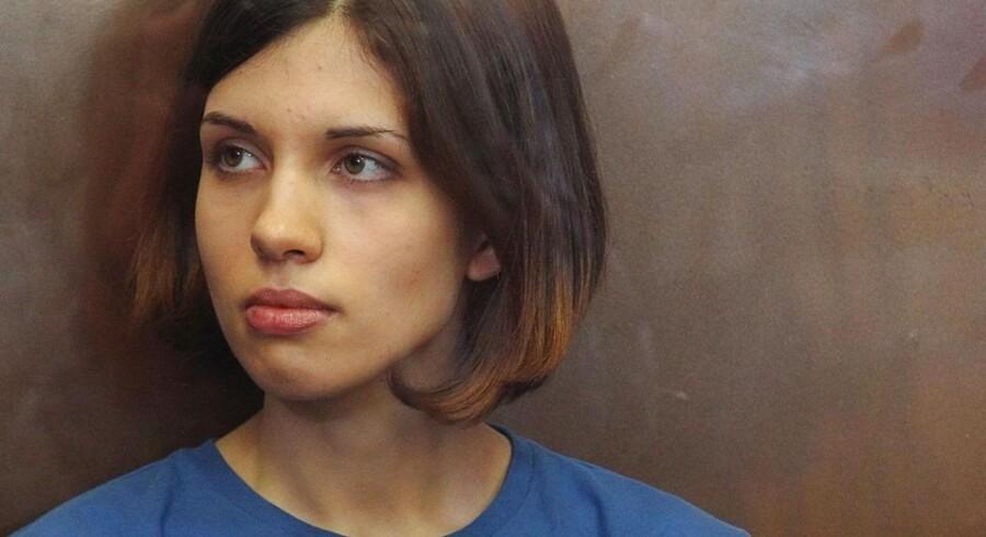 Pussy Riot-medlem Nadesja Tolokonnikova er kommet ind på en liste over Verdens mest eftertragtede kvinder - som nummer 85 ud af 99. Indtil videre er hun dog fængslet for voldelige optøjer mod Putin og den russiske kirke.