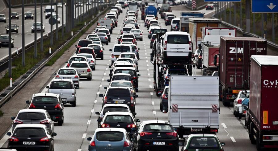 Når Trængselskommissionen fremlægger sit arbejde på torsdag, vil konklusionen være, at landsdækkende roadpricing er det mest effektive middel, hvis politikerne ønsker at mindske trængslen på vejene. I 2012 sad bilisterne omkring hovedstaden i kø i tilsammen 9,3 millioner timer, og i 2025 vil det tal være fordoblet til 18,4 millioner timer. Det svarer til 80.000 spildte timer hver eneste dag.