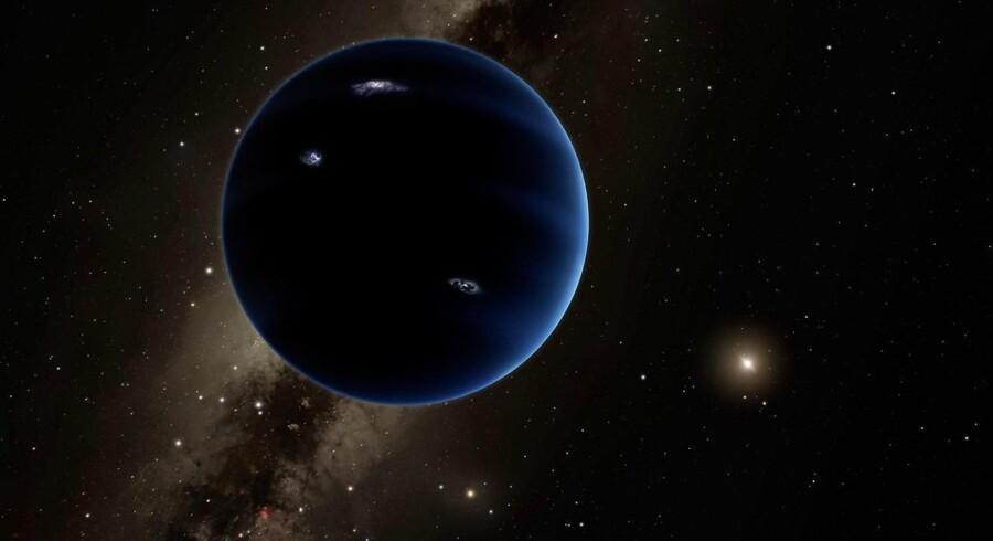 Trods stigende evidens for, at en stor planet gemmer sig langt ude i solsystemet bliver den svær at opdage ude i næsten-mørket langt fra Solen.