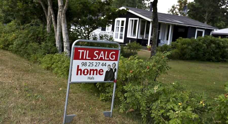 Danskerne skal kunne låne billigere til sommerhus. De skal kunne få 70 eller 80 procent i realkreditlån, hvor grænsen for sommer- og fritidshuse nu går ved 60 procent. Det siger Venstres erhvervsordfører, Torsten Schack Pedersen, til DR. Han støttes af et blåt flertal. Arkivfoto.