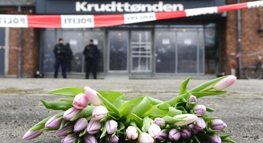 Blomster ved Krudttønden på Østerbro i København mandag morgen.