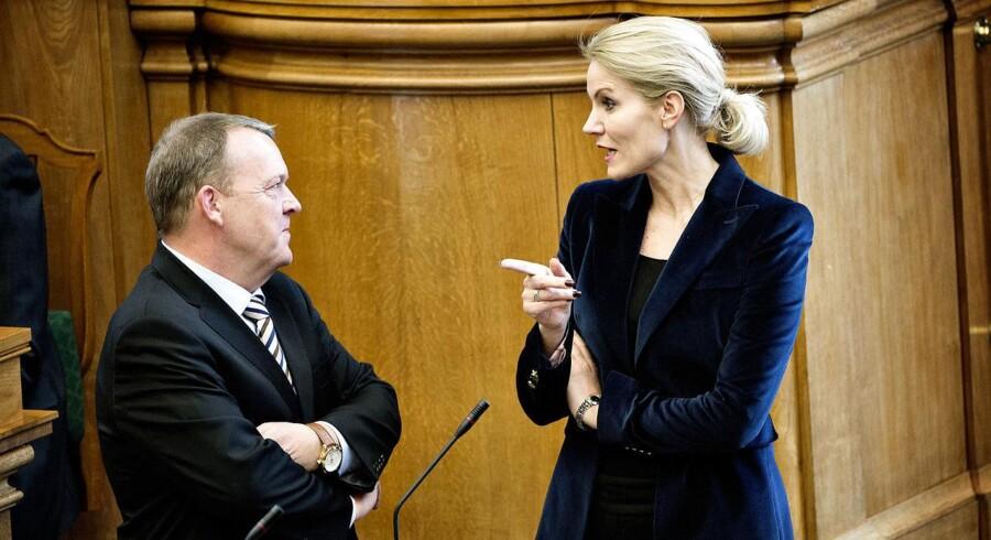 Statsminister Helle Thorning-Schmidt og V-formand Lars Løkke Rasmussen får en snak inden spørgetimen i Folketingssalen tirsdag d. 14 april 2015.