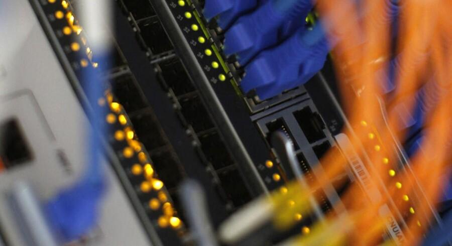Hackern kan overtage routerne og sende brugerne ud på websites, der ligner og opfører sig som en webbank, men i virkeligheden stjæler det falske website brugerens log in-oplysninger.