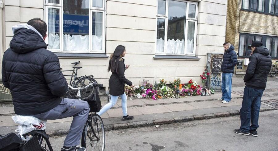 Blomster og lys på Svanevej i København mandag morgen på stedet, hvor den formodede gerningsmand til lørdagens skudattentater blev dræbt af politiet i går.