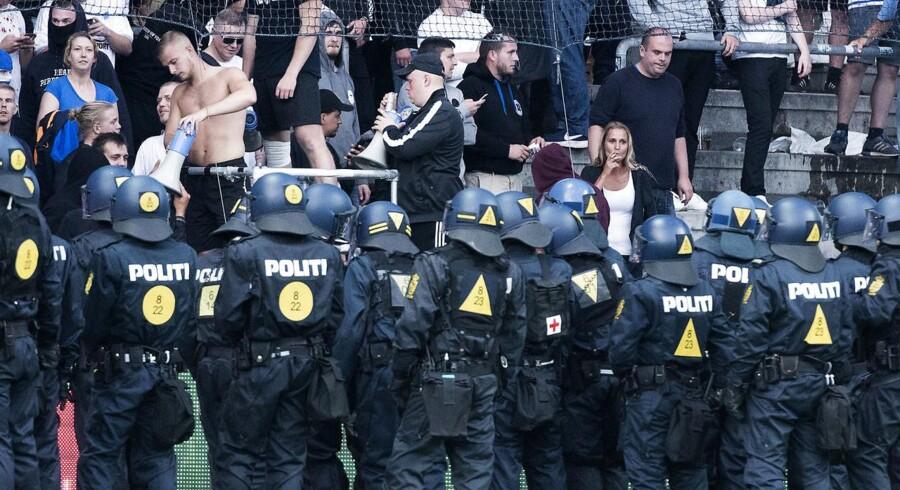 Under søndagens fodboldkamp mellem Brøndby og FCK kom 22 betjente til skade. Seks personer er sigtet. (Foto: Claus Bech/Scanpix 2017)