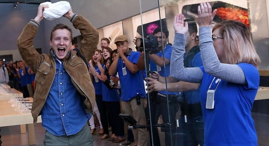 Nogen var jublende glade, da de i fredags kunne investere mange tusinde kroner i den nyeste iPhone 6 i USA. Først på fredag kommer de til Danmark. Arkivfoto: Justin Sullivan, Getty/AFP/Scanpix