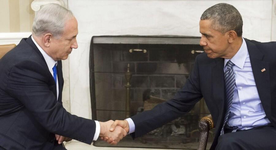 USAs præsident Barack Obama og Israels premierminister Benjamin Netanyahu hilser afmålt på hinanden forud for møder mellem de to i Washington.
