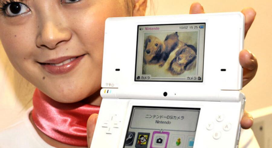Den nye Nintendo DSi har en LCD-skærm på 3,25 tommer og et kamera på 300.000 pixler. Den kommer på hylderne - men kun i Japan - 1. november. Foto: Yoshikazu Tsuno, AFP/Scanpix
