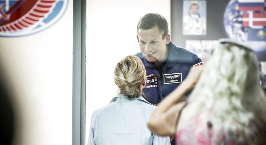 Andreas Mogensen, der onsdag morgen skydes ud i rummet fra Bajkonur kosmodome i Kasakhstan, måtte tirsdag under pressemødet sige farvel til hustruen, Cecilie Beyer, gennem den glasvæg, der beskytter de tre astronauter mod smitte forud for opsendelsen til Den Internationale Rumstation.
